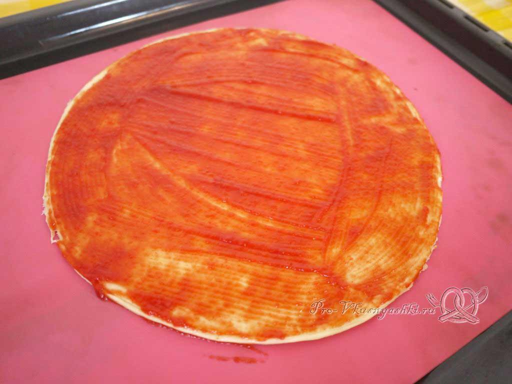 Пицца с помидорами и вареной колбасой - смазываем тесто кетчупом