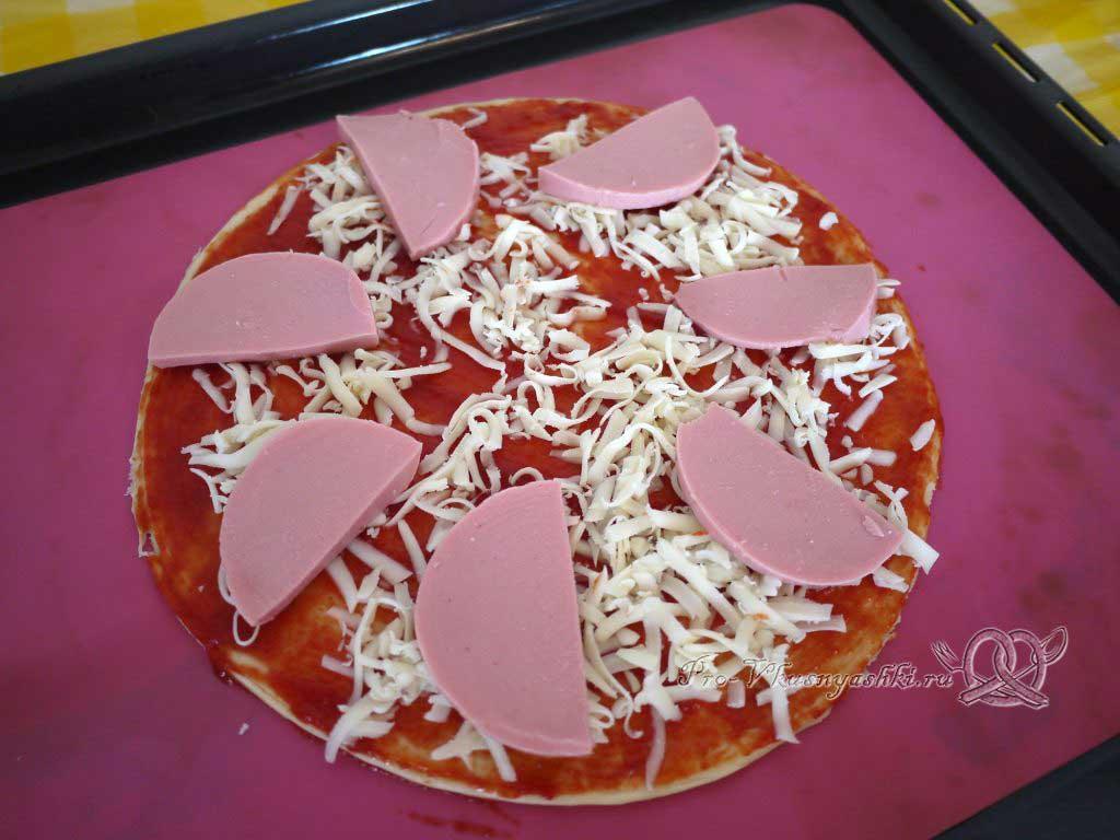 Пицца с помидорами и вареной колбасой - выкладываем колбасу