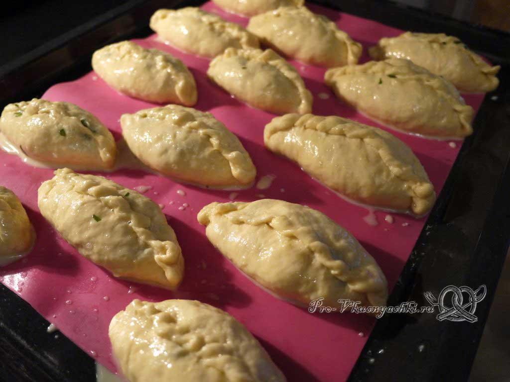 Пирожки с щавелем - смазываем пирожки желтком