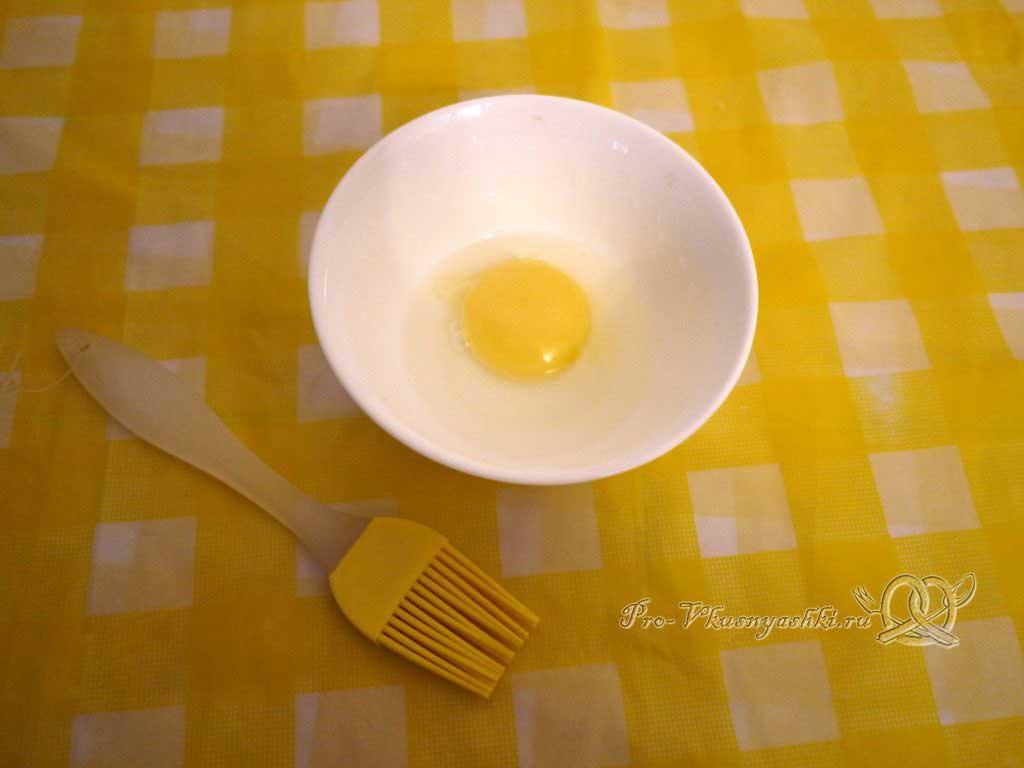 Пирожки с щавелем - смешиваем желток с водой