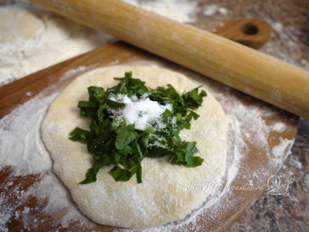 Пирожки с щавелем - выкладываем начинку