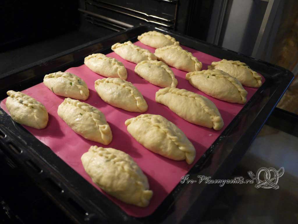 Пирожки с щавелем - выкладываем пирожки на противень