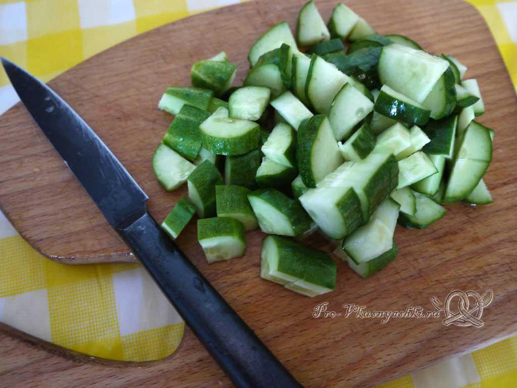 Салат Летний из помидоров огурцов перца и редиски - нарезаем огурцы