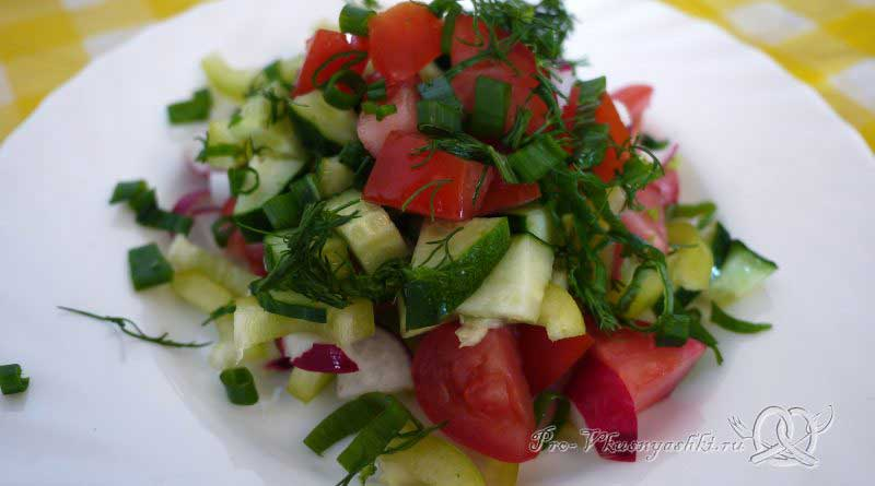 Салат Летний из помидоров, огурцов, перца и редиски - подача