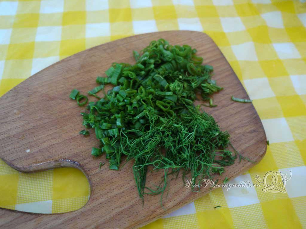 Салат Летний из помидоров огурцов перца и редиски - рубим зелень