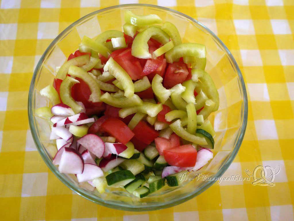 Салат Летний из помидоров огурцов перца и редиски - смешиваем овощи