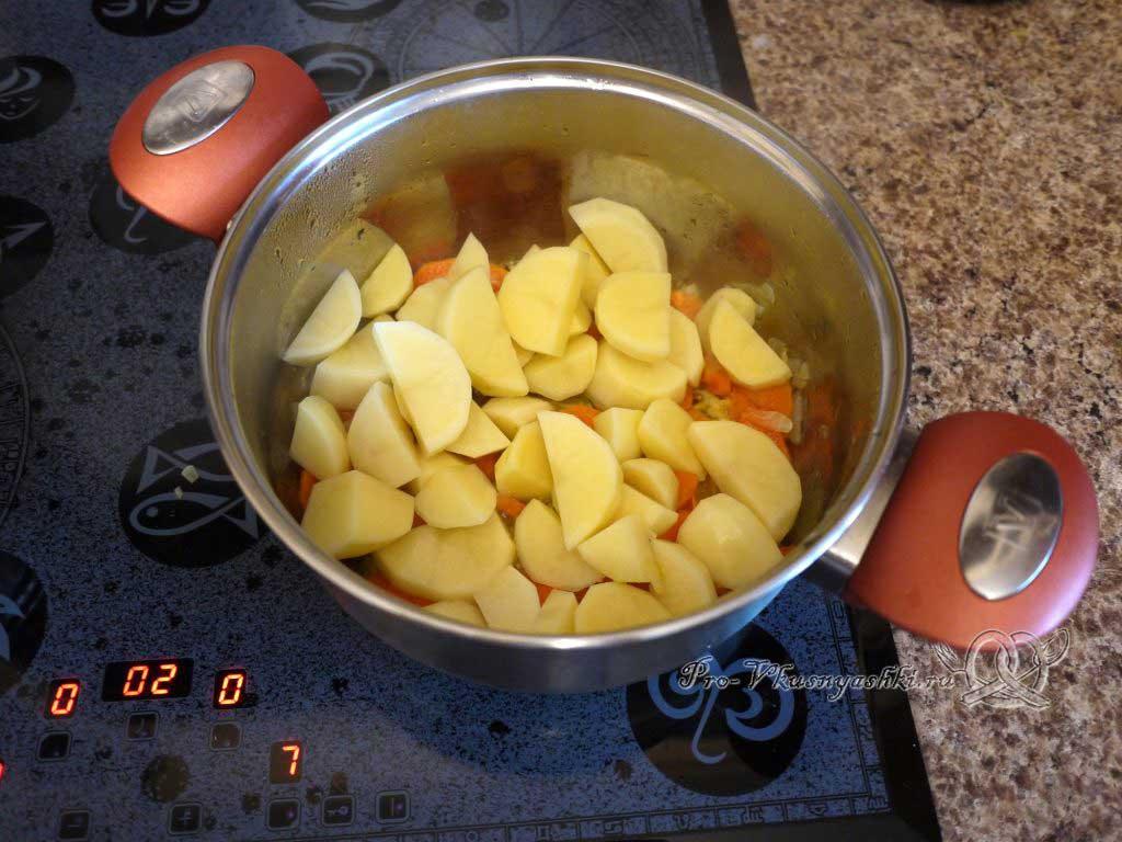 Летние (зеленые) щи с щавелем - обжариваем картофель