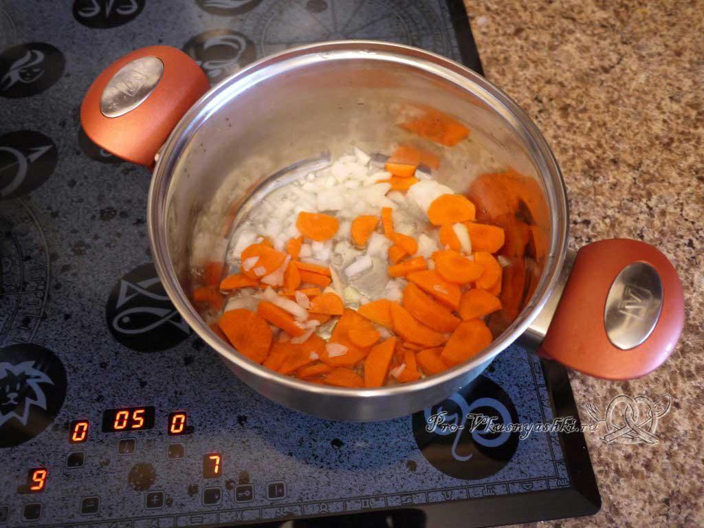 Летние (зеленые) щи с щавелем - обжариваем морковь и лук
