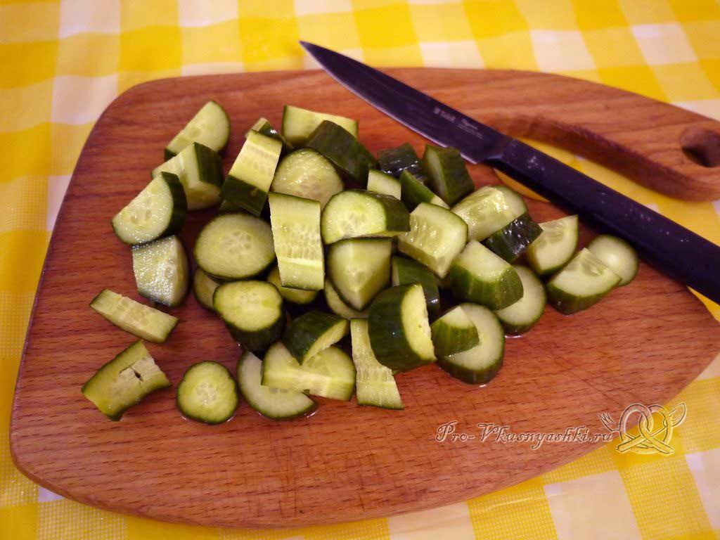 Шопский салат с огурцами, помидорами и болгарским перцем - нарезаем огурцы