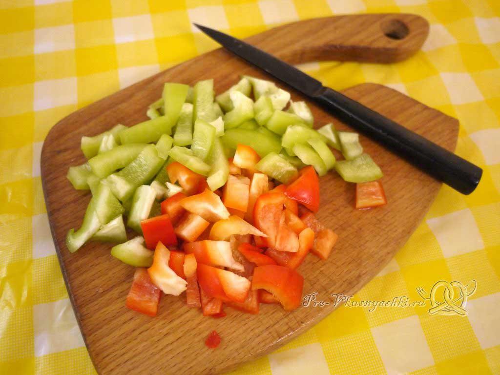 Шопский салат с огурцами, помидорами и болгарским перцем - нарезаем перец