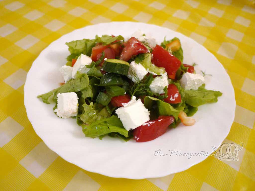 Шопский салат с огурцами, помидорами и болгарским перцем - подача