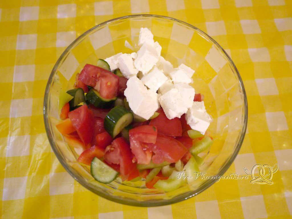 Шопский салат с огурцами, помидорами и болгарским перцем - смешиваем ингредиенты