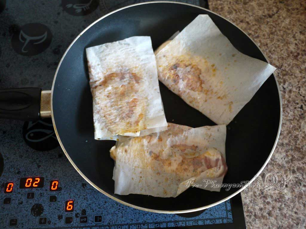 Сочная куриная отбивная жаренная в бумаге со специями - обжариваем с другой стороны