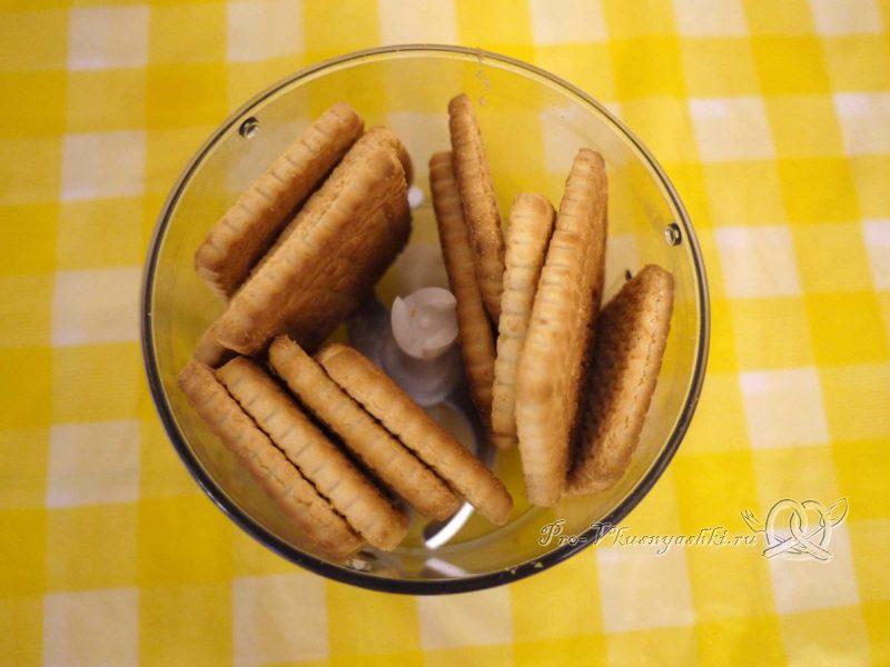 Творожный чизкейк с клубникой без выпечки - измельчаем печенье