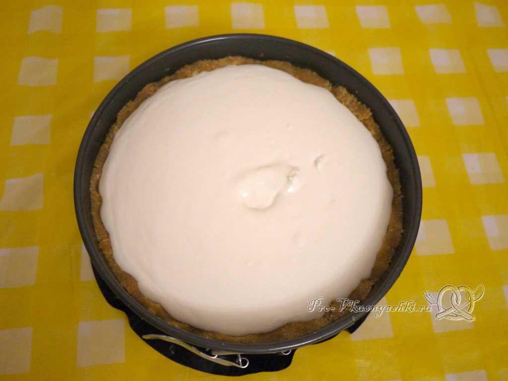 Творожный чизкейк с клубникой без выпечки - заливаем начинку в песочную основу