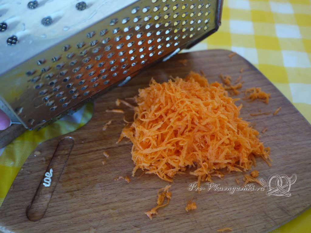 Веганские котлеты из нута - натираем морковь на терке