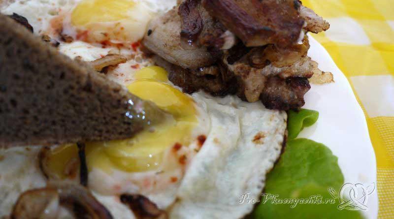 Яичница с беконом и луком - макаем хлеб в желток