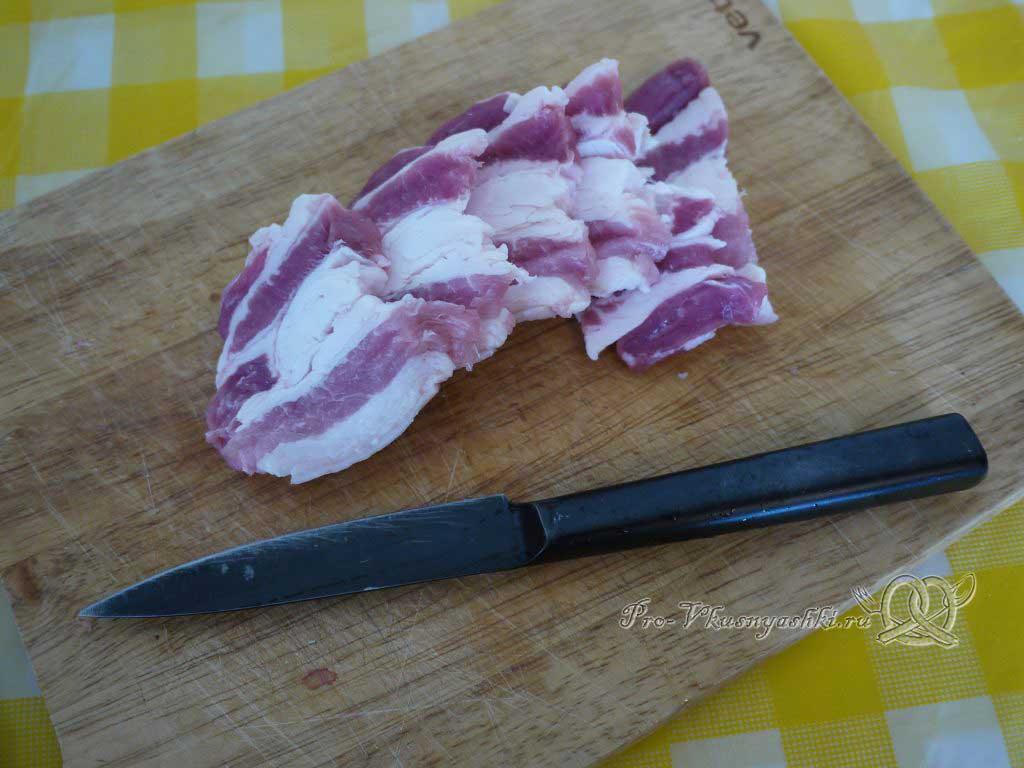 Яичница с беконом и луком - нарезаем бекон