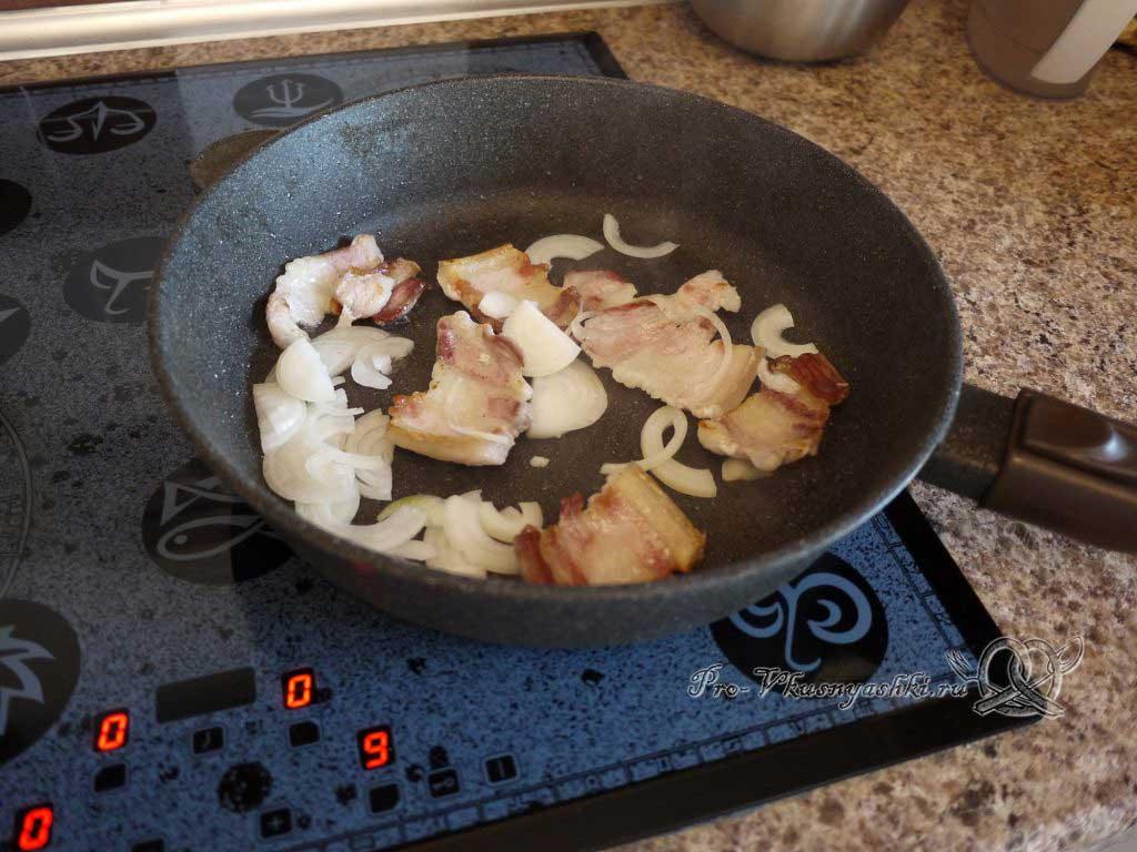 Яичница с беконом и луком - обжариваем лук