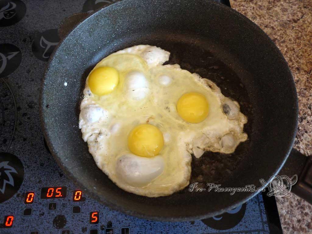 Яичница с беконом и луком - жарим яйца