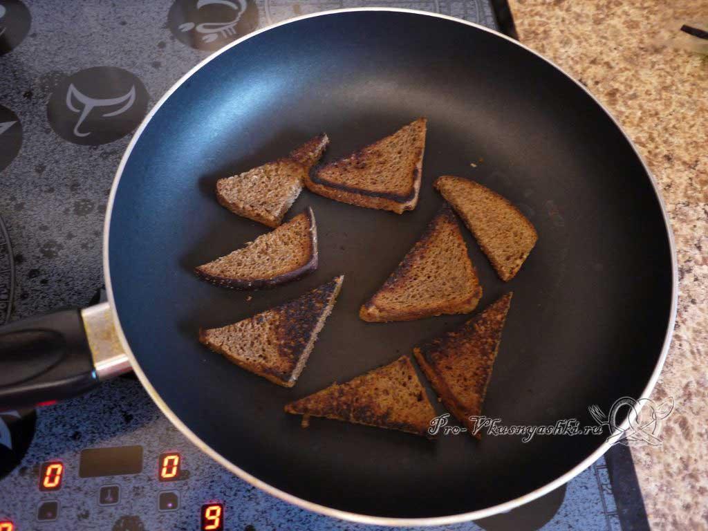 Яичница с помидорами и гренками - обжариваем хлеб с другой стороны