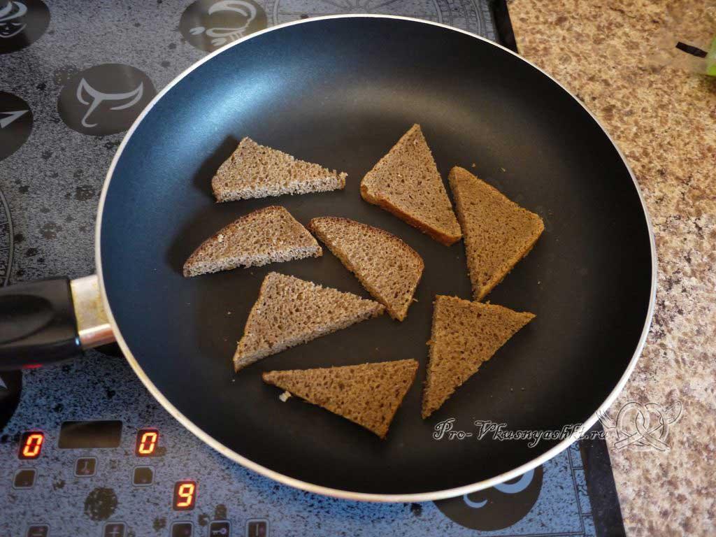 Яичница с помидорами и гренками - обжариваем хлеб с одной стороны
