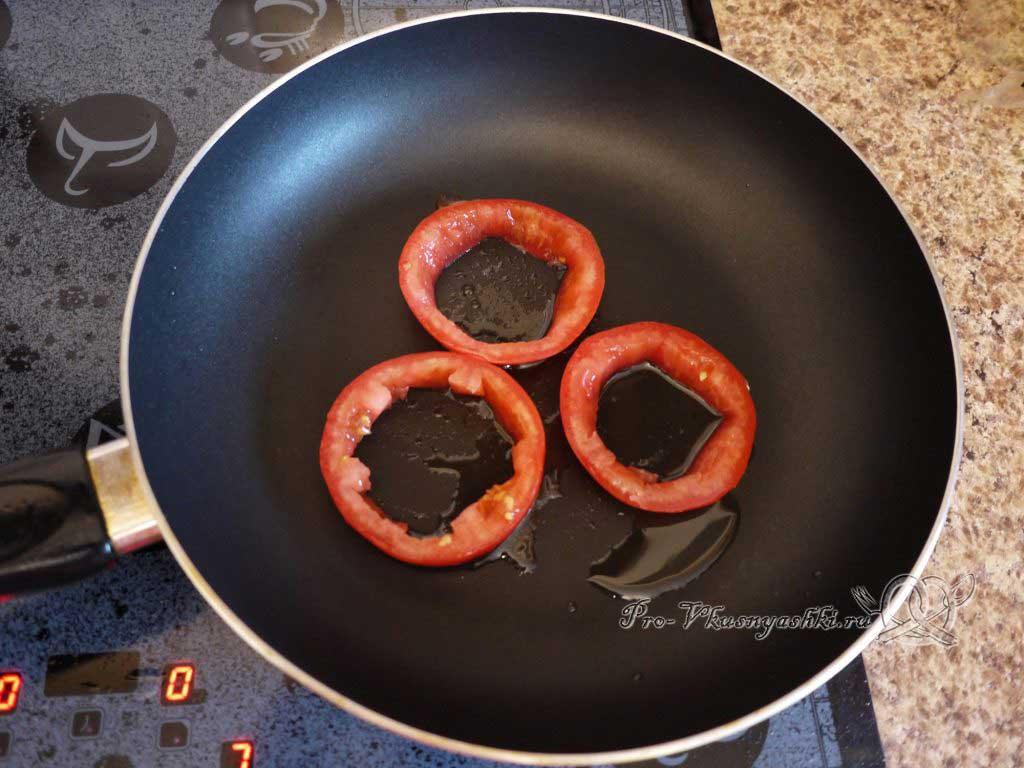 Яичница с помидорами и гренками - обжариваем помидор