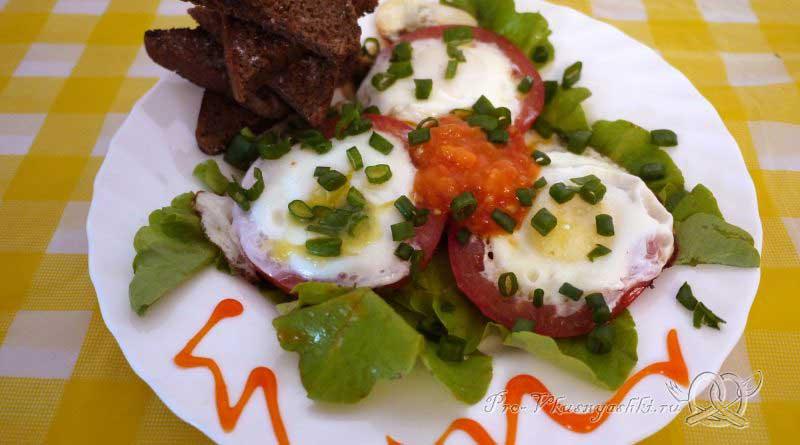 Яичница с помидорами и гренками - подача