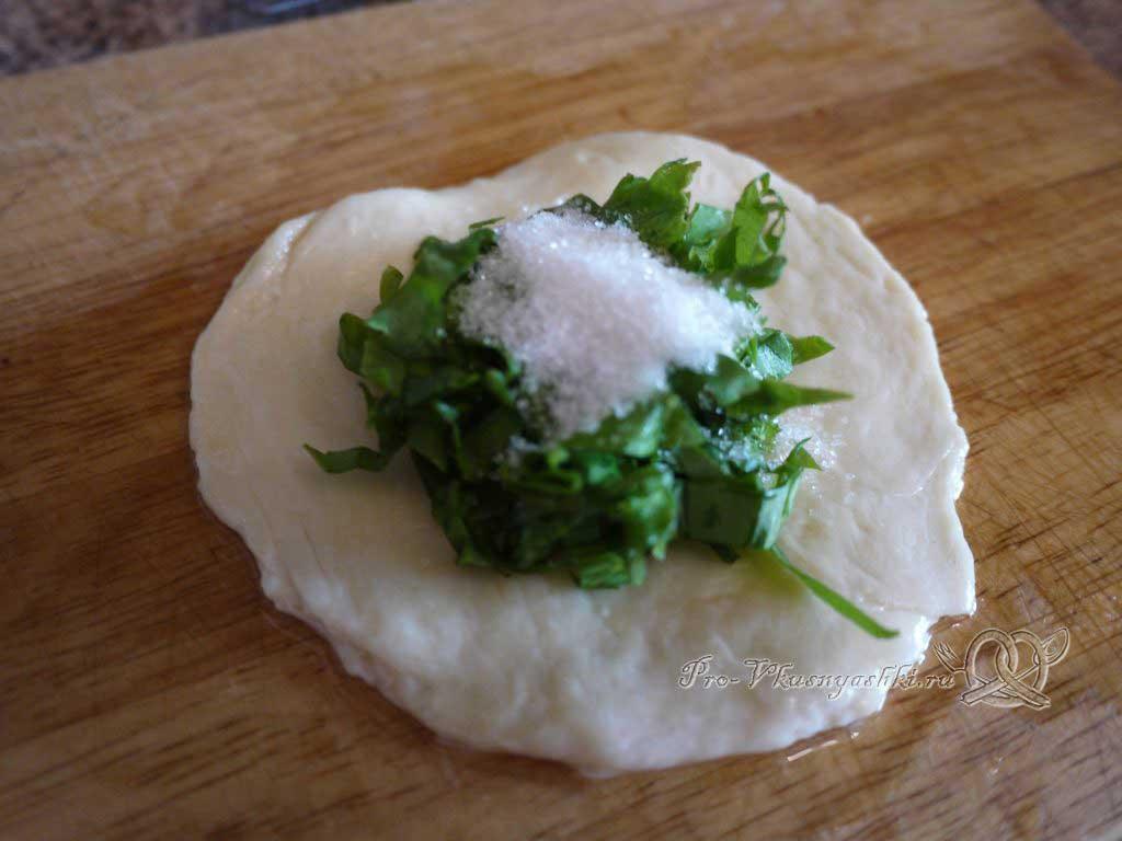 Пирожки с щавелем жареные на сковороде - выкладываем начинку