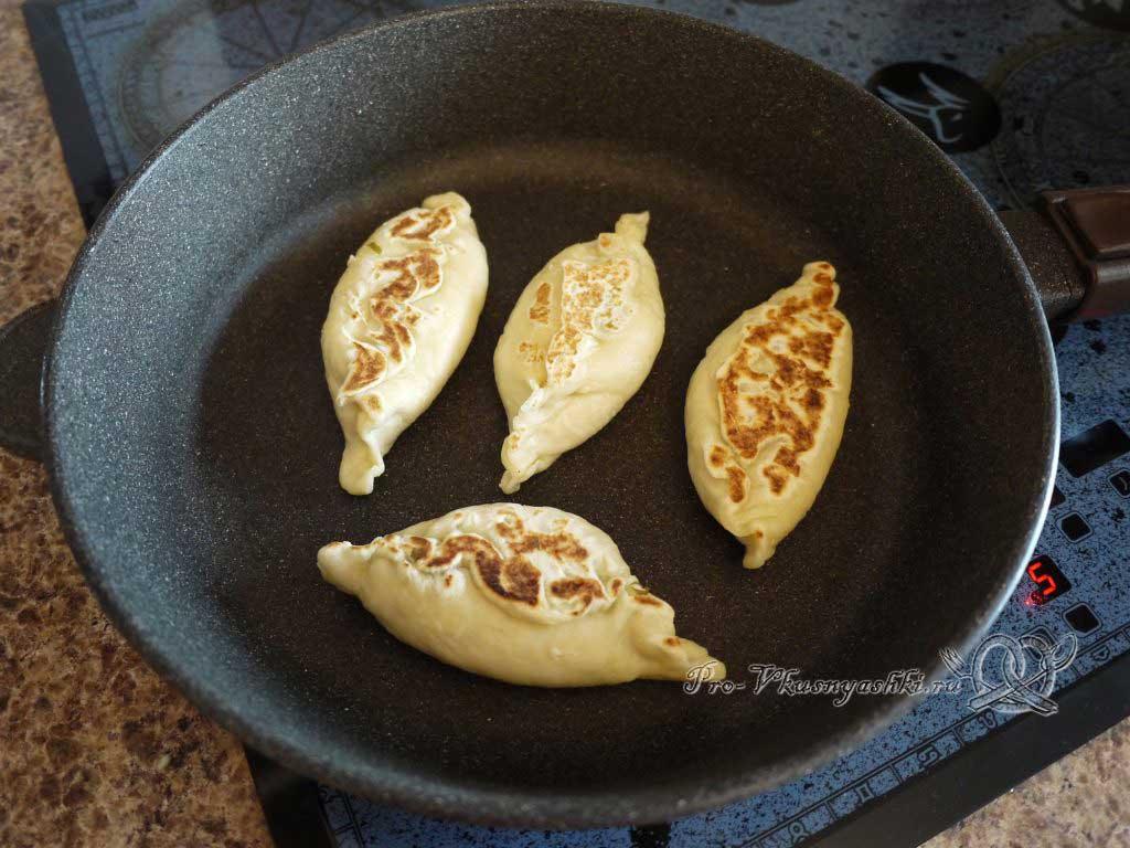 Пирожки с щавелем жареные на сковороде - жарим с другой стороны