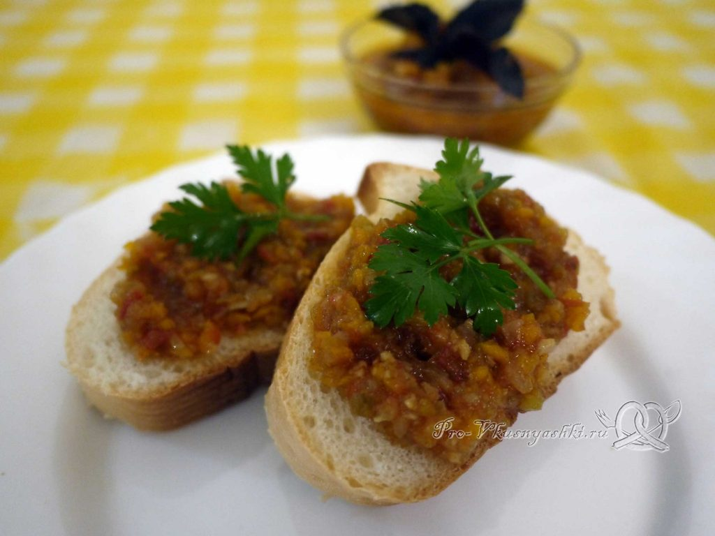 Аджика из помидоров, перца и чеснока на зиму - подача