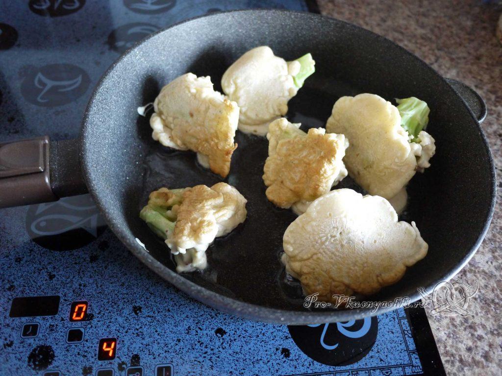 Цветная капуста в кляре на сковороде - жарим капусту с другой стороны