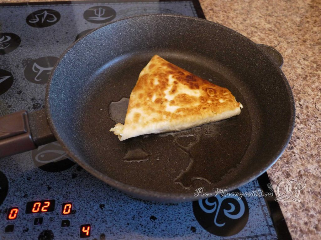 Ека с сыром и яйцом в лаваше - обжариваем лаваш с другой стороны