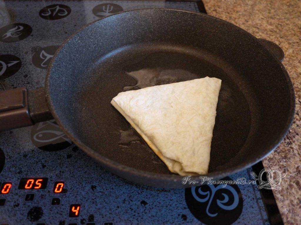 Ека с сыром и яйцом в лаваше - обжариваем лаваш с одной стороны