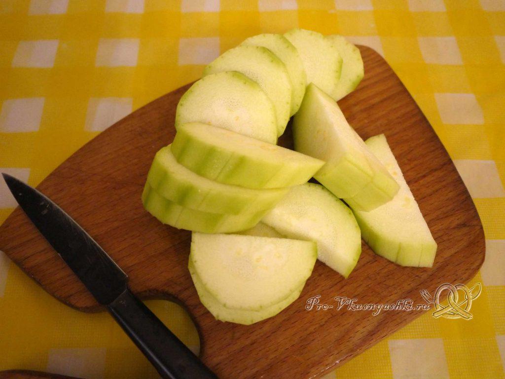 Кабачковая икра с помидорами на зиму - нарезаем кабачки