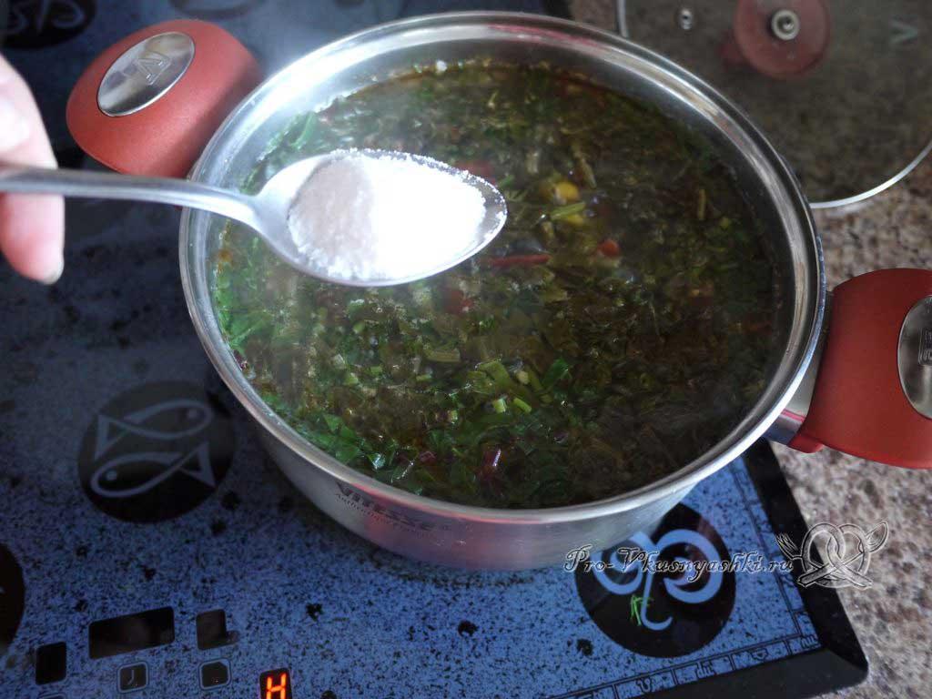 Летний суп с щавелем и ботвой - добавляем соль