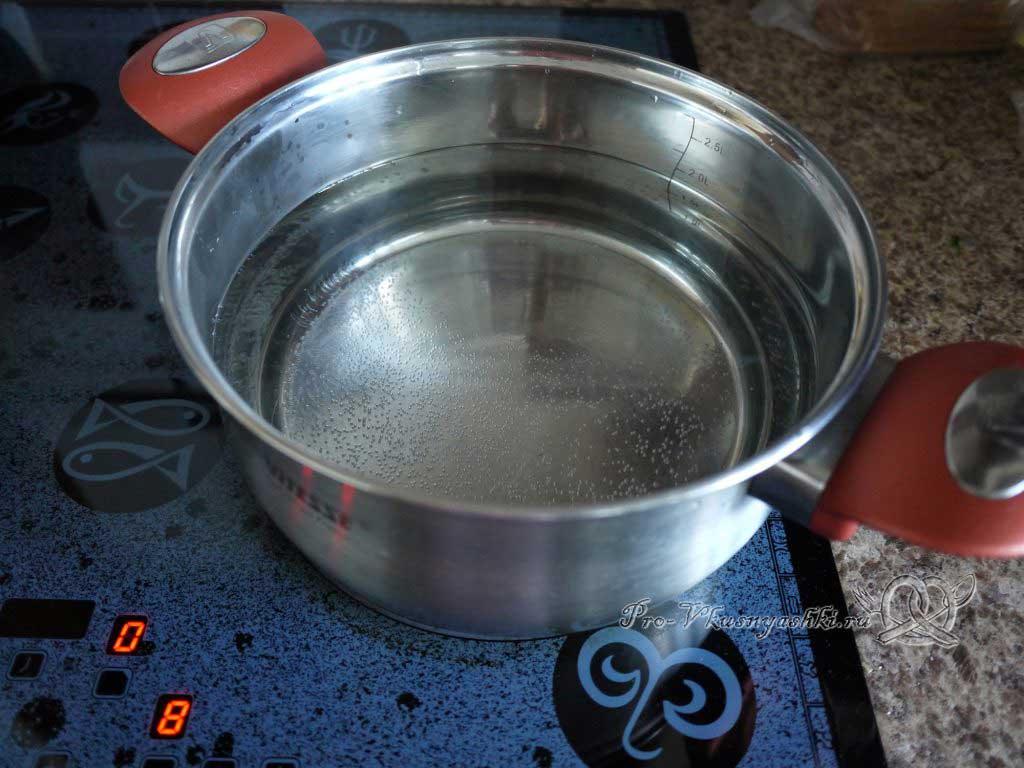 Летний суп с щавелем и ботвой - кипятим воду