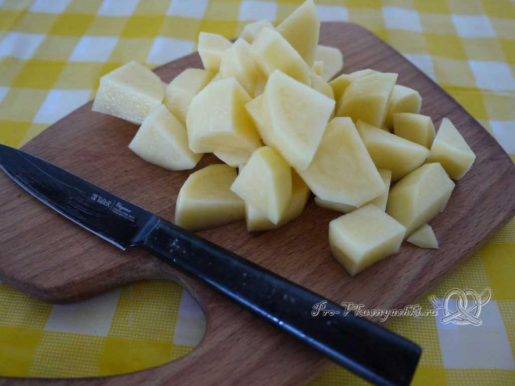 Летний суп с щавелем и ботвой - нарезаем картофель