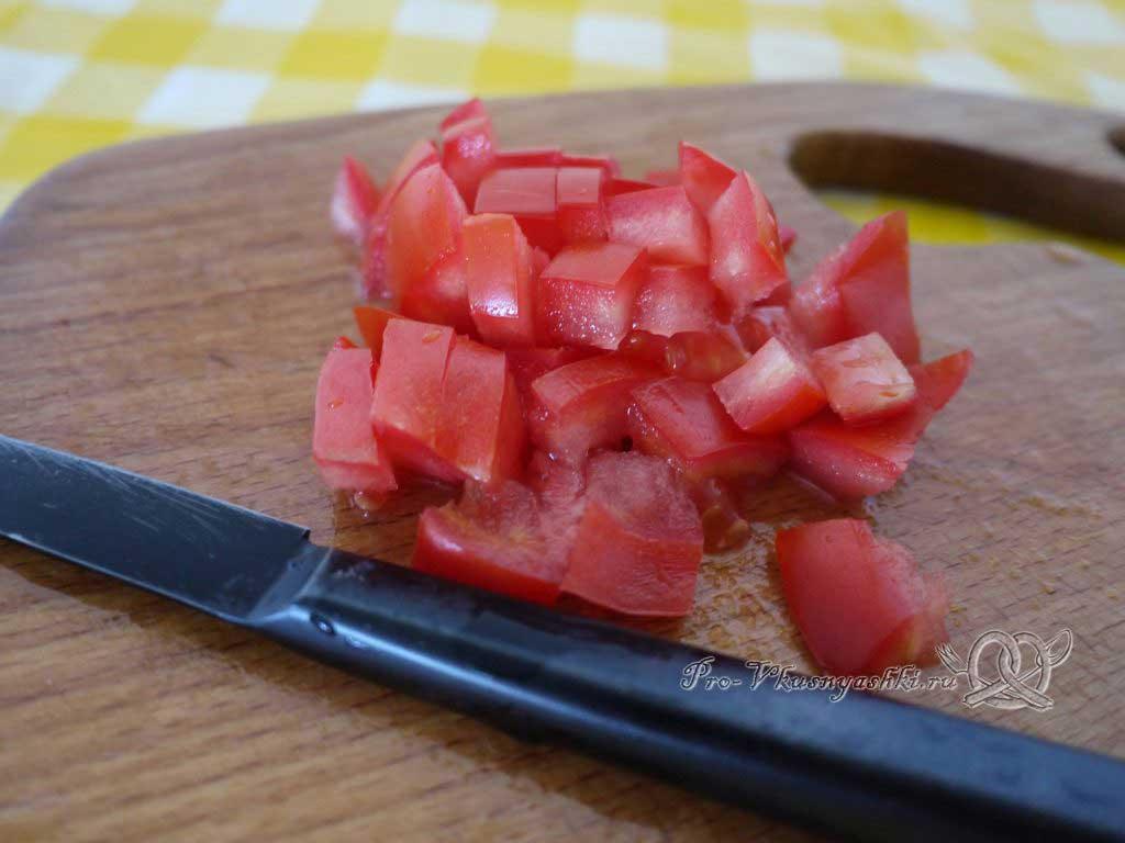 Летний суп с щавелем и ботвой - нарезаем помидоры