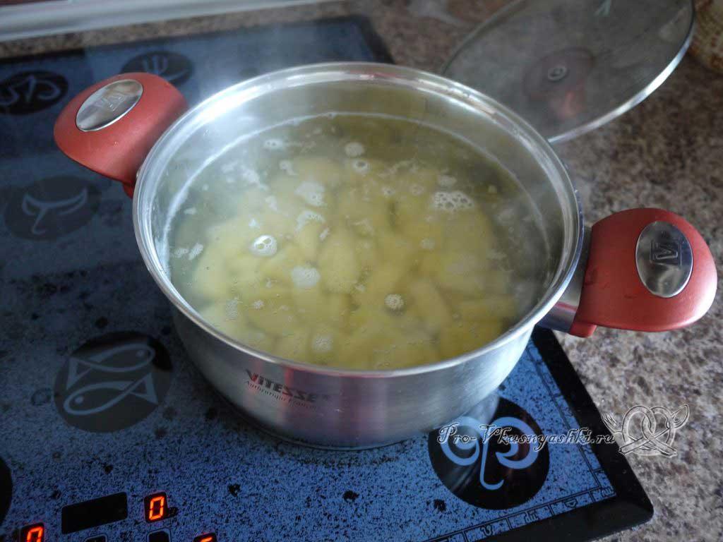 Летний суп с щавелем и ботвой - варим картофель