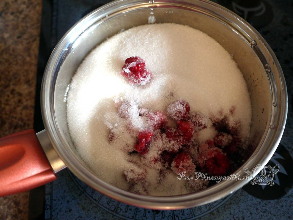 Малиновое варенье пятиминутка - засыпаем сахар в малину