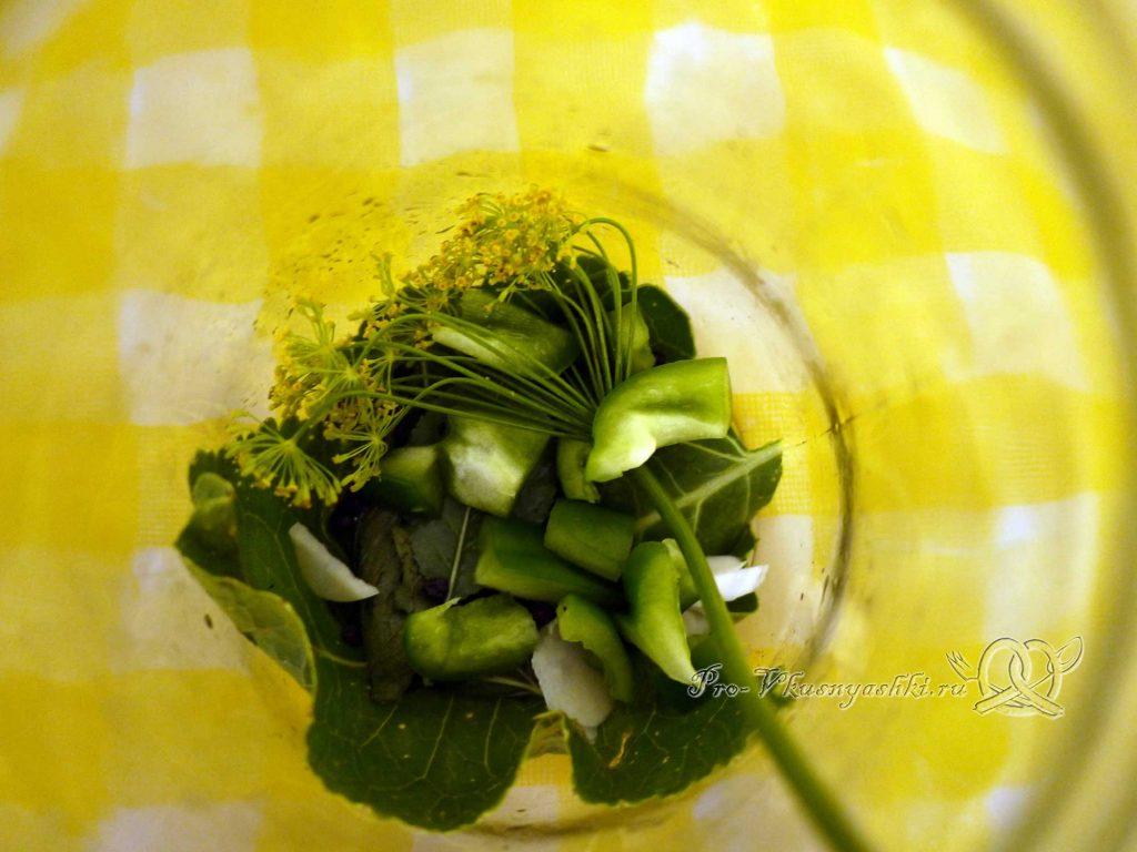 Маринованные хрустящие огурцы с перцем на зиму - выкладываем зелень и перец в банку