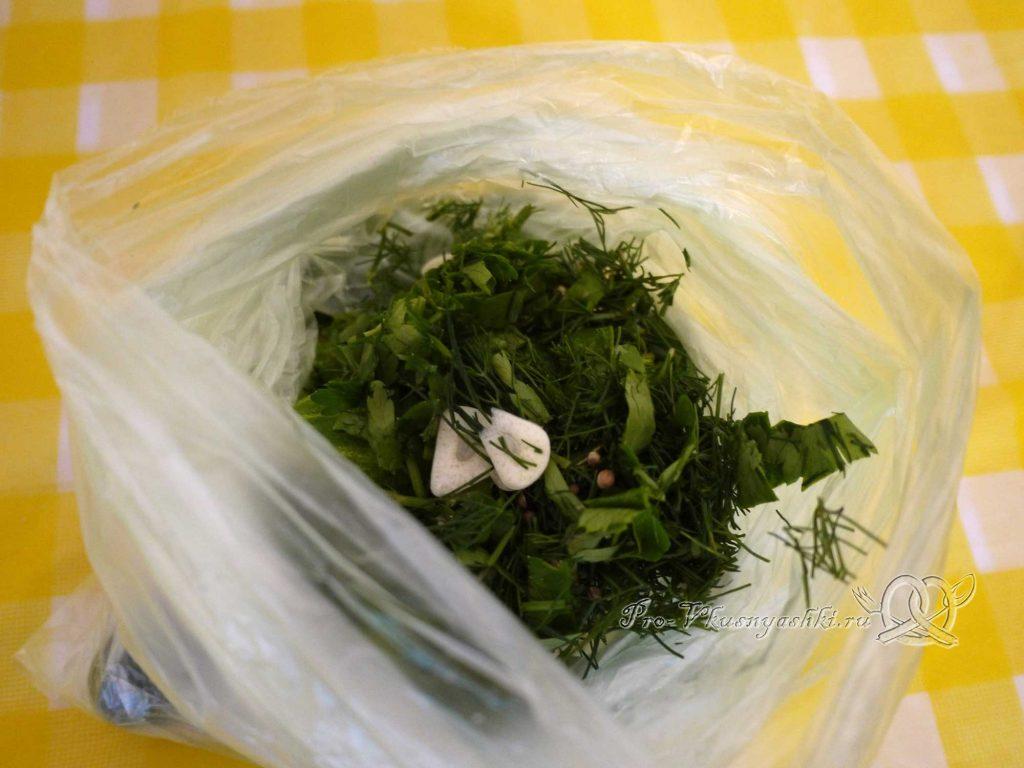 Малосольные хрустящие огурцы в пакете - добавляем зелень и чеснок в пакет