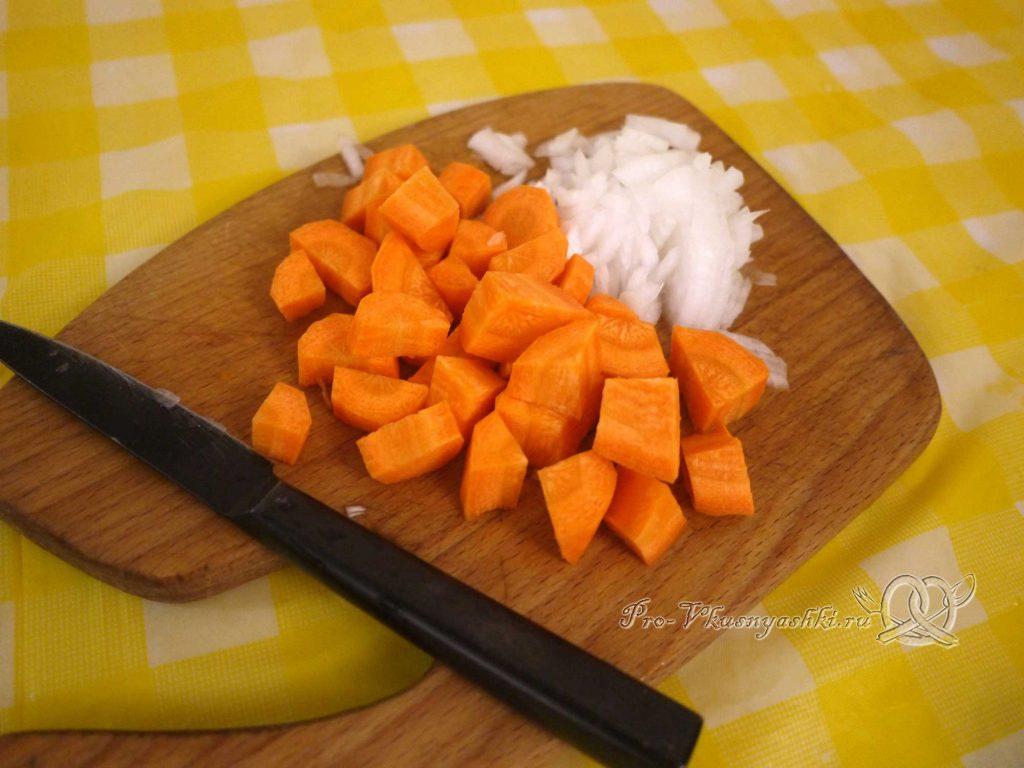 Овощное рагу с кабачками и мясом - нарезаем лук и морковь