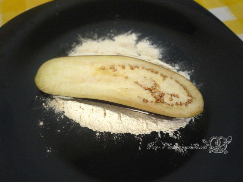 Рулет из кабачков в духовке - обваливаем баклажан в муке