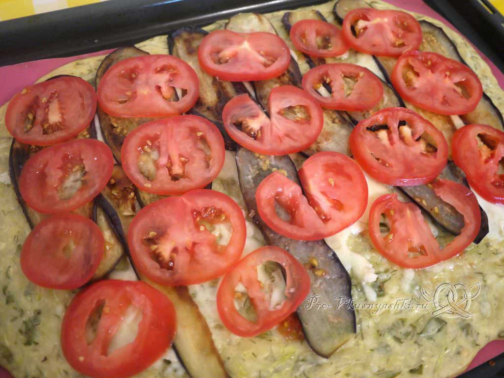 Рулет из кабачков в духовке - выкладываем помидоры на кабачки