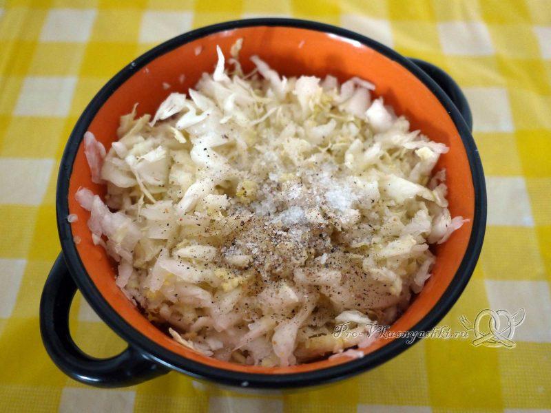 Шаурма в домашних условиях - посыпаем капусту специями и солью