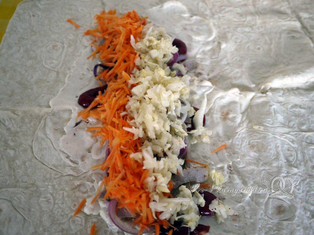 Шаурма в домашних условиях - выкладываем капусту на лаваш