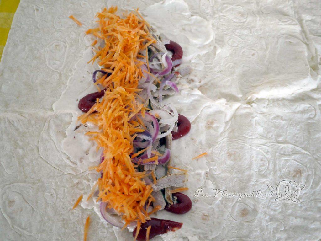 Шаурма в домашних условиях - выкладываем морковь на лаваш