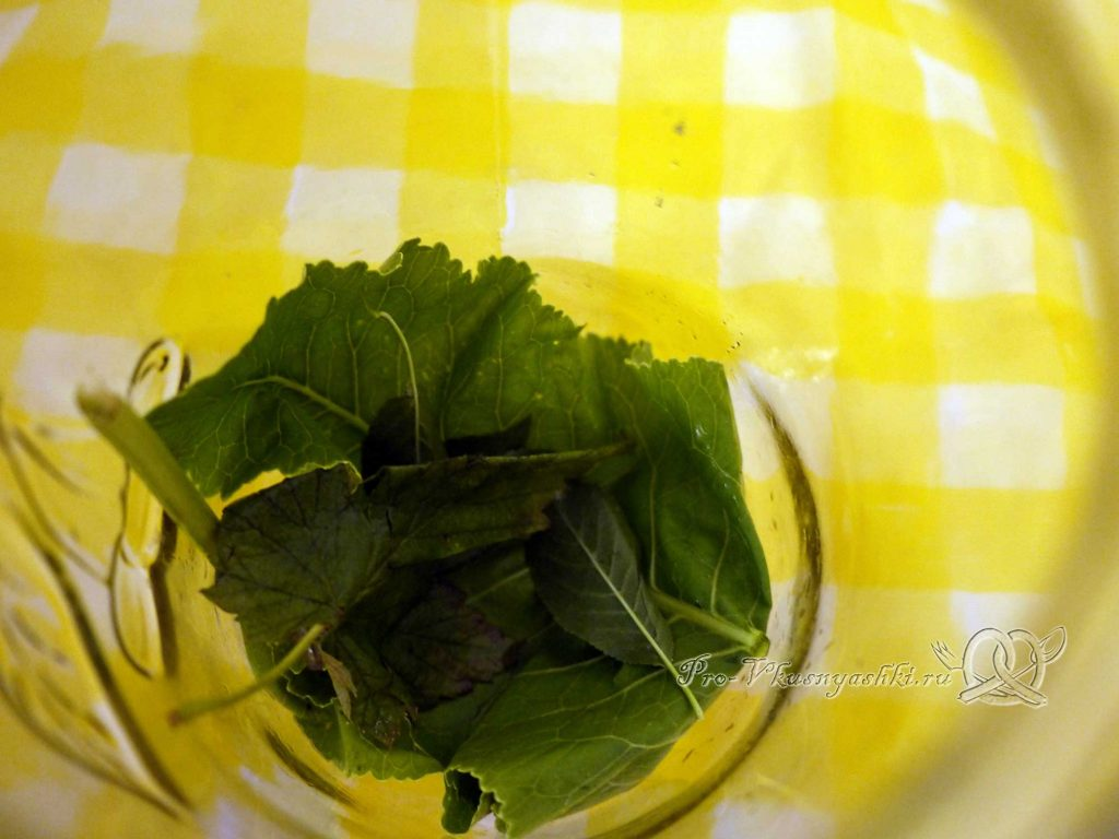 Соленые хрустящие огурцы на зиму - выкладываем в банку зелень